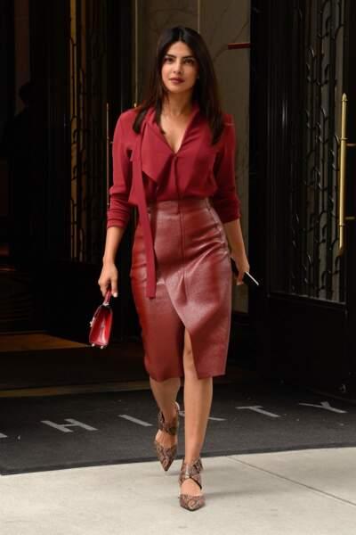 Total look rouge, jupe en cuir, sac assorti... Priyanka Chopra est vraiment très inspirée par Meghan Markle !