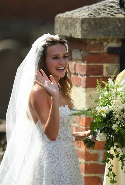 La mariée Daisy Jenks arrive à son mariage à l'église St Mary the Virgin dans le Surrey