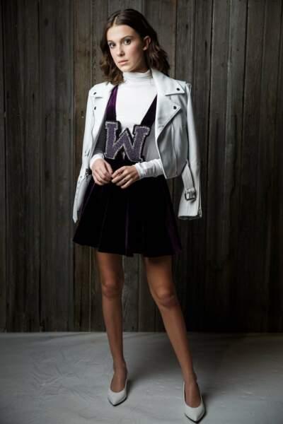 Millie Bobby Brown, nouvelle star de la mode, porte le perfecto sur les épaules et une petite robe très glam'