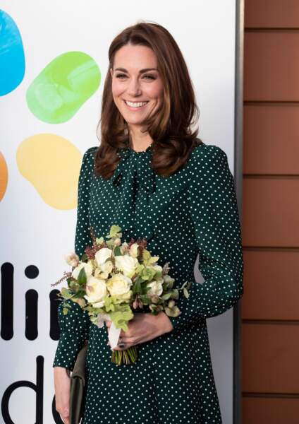 Kate Middleton visite l'hôpital pour enfants Evelina à Londres dans une élégante robe à pois verte