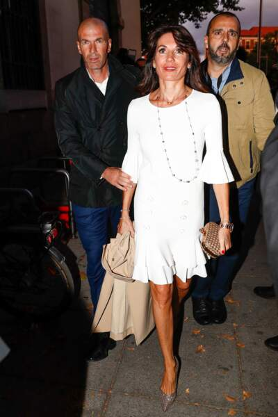 Véronique Zidane, toujours aussi canon, affiche son corps parfait et ses jambes bronzées en robe courte blanche
