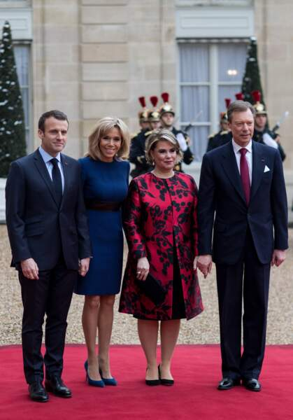 Brigitte Macron ultra chic en robe Louis Vuitton bleue klein et escarpins assortis