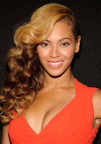 Une vague dorée posée sur l'épaule, c'est l'image que renvoie ici la coiffure de Queen B