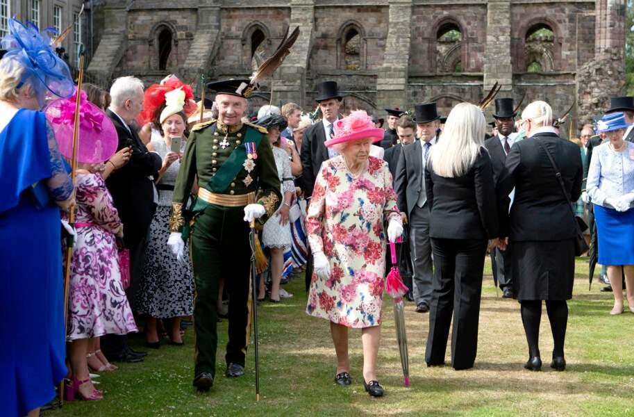 Elizabeth II au milieu des invités de la garden party du 4 juillet au palais de Holyroodhouse à Edimbourg