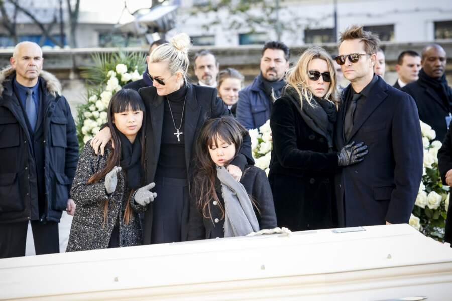Laeticia et ses filles, David et Laura devant le cercueil blanc de leur père lors de l'hommage populaire.
