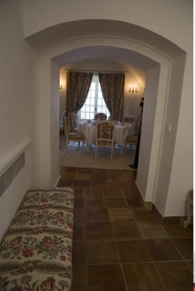 Couloir menant vers un salon du fort de Brégançon, où Emmanuel et Brigitte Macron passent leurs vacances