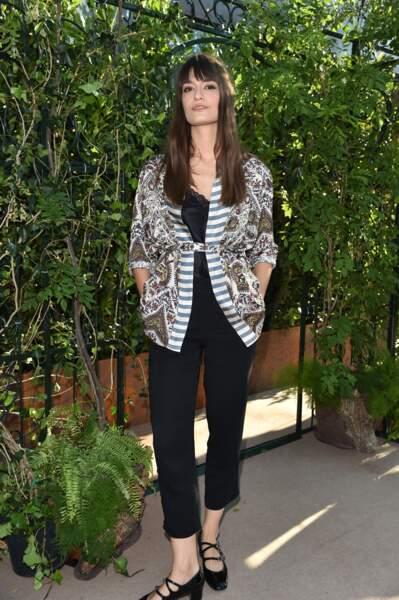 Clara Luciani opte pour un look androgyne au show Intimissimi.