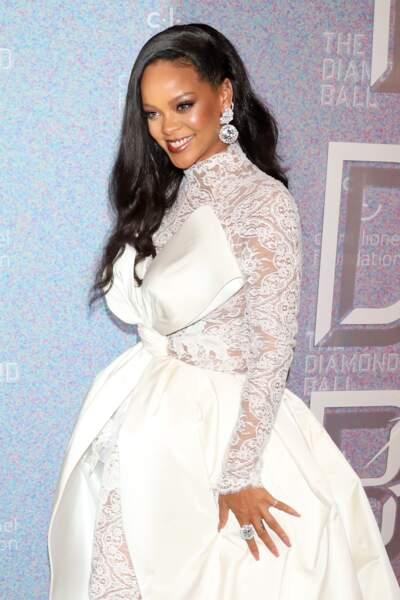 Rihanna portait aussi une paire de boucles d'oreille en diamant qui dévoile aussi un tatouage