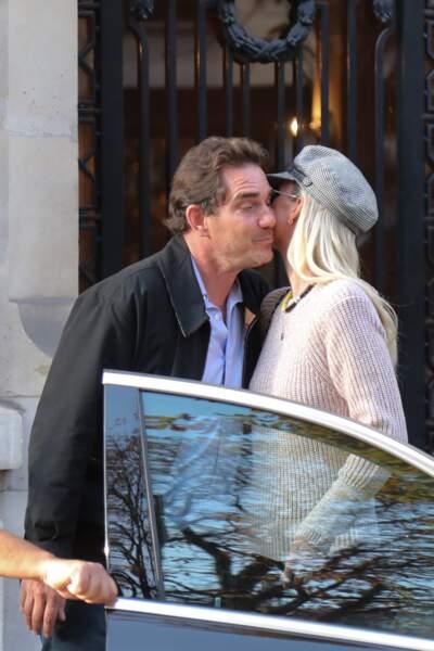 Laeticia Hallyday sort d'un rendez-vous chez son avocat, en compagnie de Sébastien Farran à Paris le 17 octobre