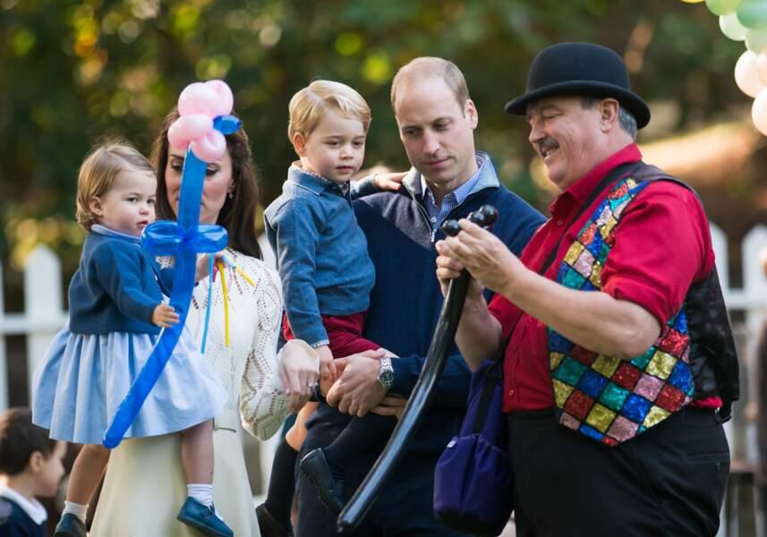 Le Prince George et Charlotte fascinés par des ballons