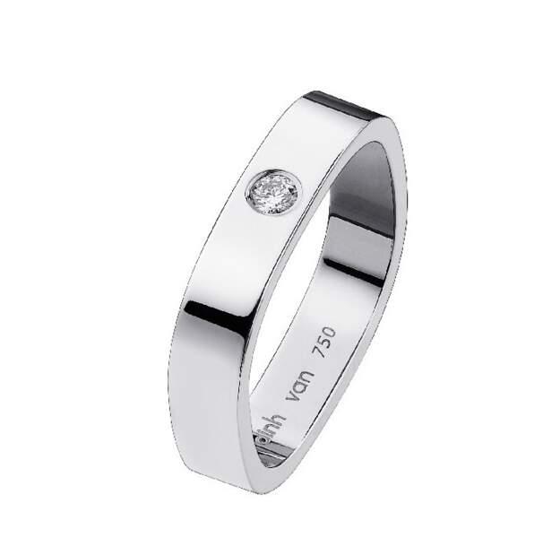 Alliance Carrée en or blanc et un diamant, 1250 € (Dinh van)