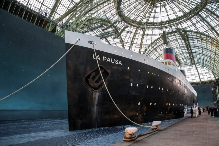 Un paquebot géant du nom du parfum d'une des maisons de Gabrielle Chanel : La Pausa, a servi de décor au défilé