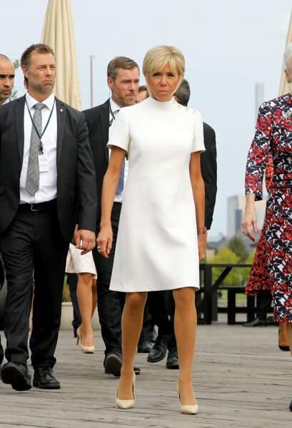 Brigitte Macron, en robe blanche à boutons Louis Vuitton, lors d'une visite au Danemark le 29 août 2018