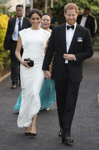 Le prince Harry et Meghan Markle, enceinte en robe blanche, aux îles Tonga