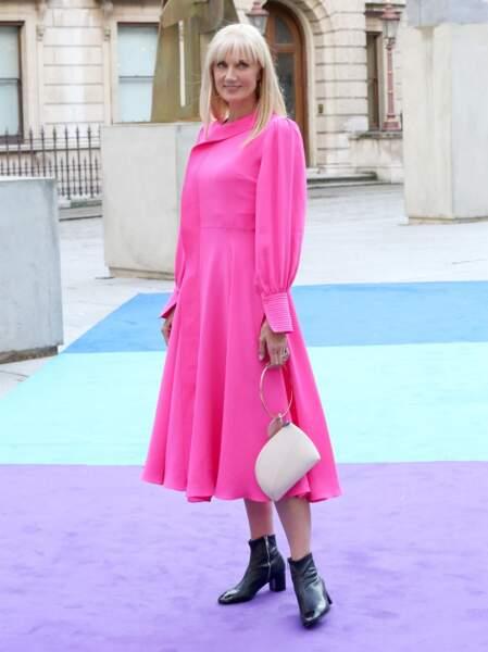 Joely Richardson l'actrice de la série Nick Tup en robe rose flashy