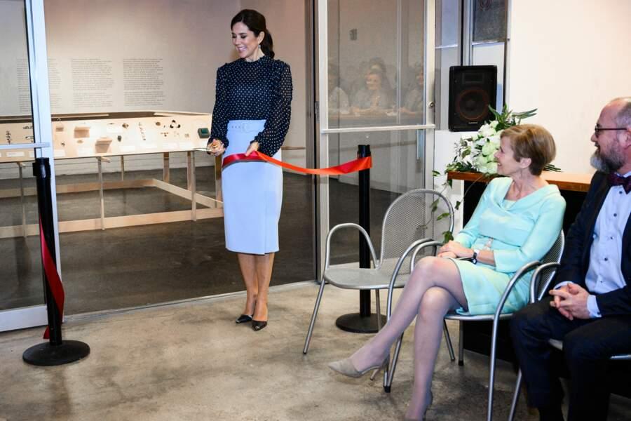 La princesse Mary du Danemark a accessoirisé sa jupe pastel avec un chemisier à pois