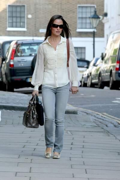 Pippa Middleton, en jean gris et chemisier brodé blanc, dans les rues de Londres en 2011