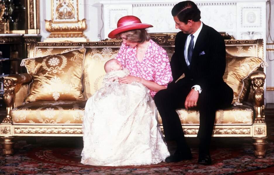 Le prince William entouré de ses parents Lady Diana et le prince Charles, lors de son baptême le 4 août 1982