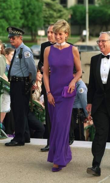 Aux États-Unis la princesse choisit une élégante robe mauve