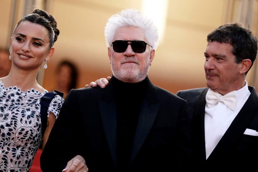 Penélope Cruz, Pedro Almodovar et Antonio Banderas lors de la montée des marches au Festival de Cannes 2019.