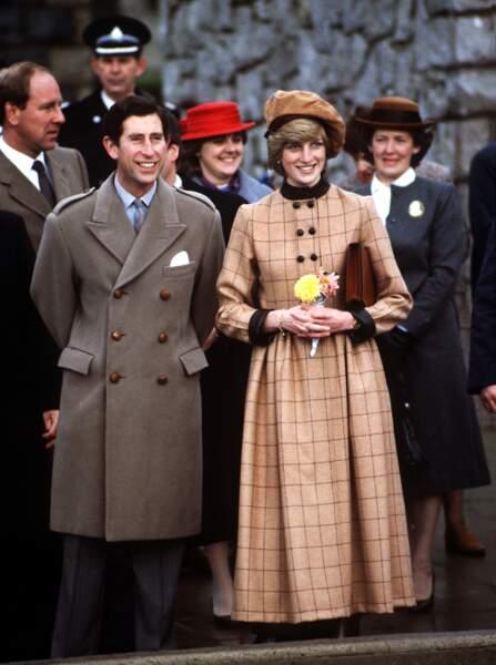 Le prince Charles et la princesse Diana, en manteau camel Arabella Pollen et beret John Boyd à Barmouth en1982