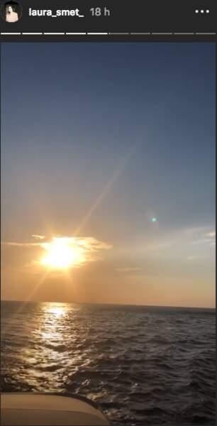 Laura Smet profite d'un beau coucher de soleil à bord d'un voilier