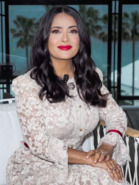 Bouche rouge et boucles sexy pour une Salma Hayek plus radieuse que jamais.