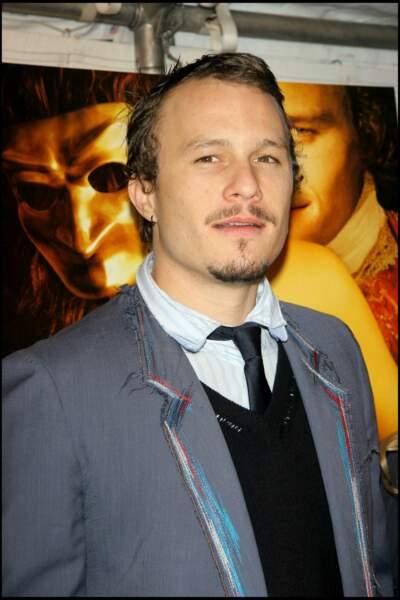 Heath Ledger est retrouvé mort, à 28 ans, chez lui à New York, victime d'une intoxication médicamenteuse.