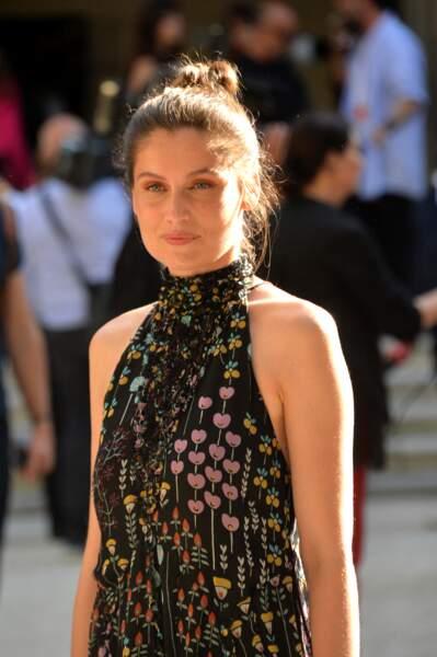Laetitia Casta en robe fleurie et chignon bun au défilé Valentino le 5 juillet 2017