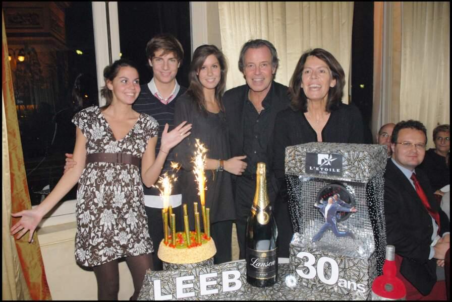 Michel Leeb, entouré de sa femme Béatrice, de son fils Tom et de ses deux filles Elsa et Fanny