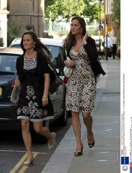 Kate et Pippa Middleton dans les rues de Londres, le 17 juin 2008