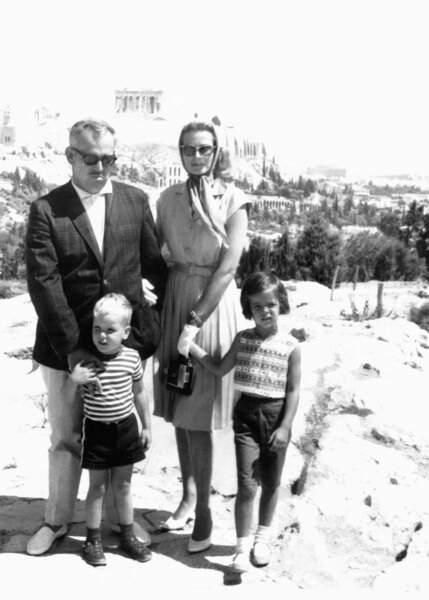 Rainier, Grace, Caroline et Albert de Monaco posent devant l'Acropole à Athènes, en 1961