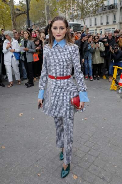 Icone de style, Olivia Palermo fait matcher ceinture et clutch en forme de coeur pour le défilé Valentino.