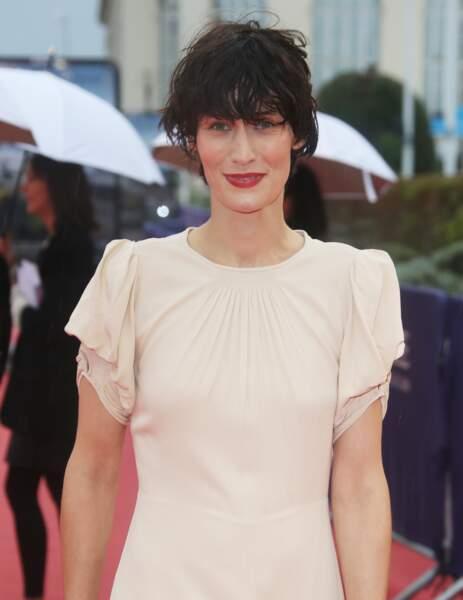 Clotilde Hesme a opté pour un rouge chaud qui tranche avec sa robe rose pale