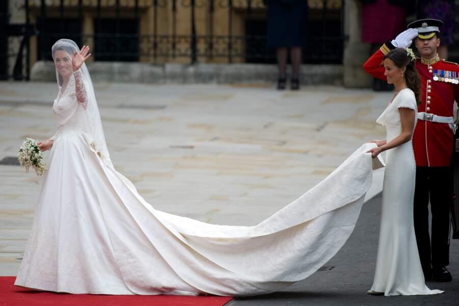 Kate Middleton (en robe Alexander McQueen) et sa soeur Pippa lors de son mariage au prince William, en 2011