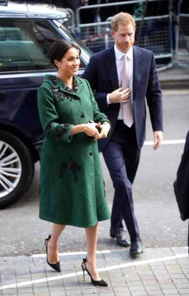 Meghan Markle en manteau Erdem, sa fameuse pochette Givenchy et ses escarins Aquazurra