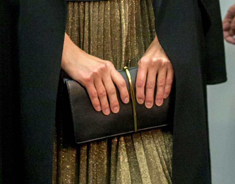 Letizia d'Espagne porte une pochette noire Nina Ricci
