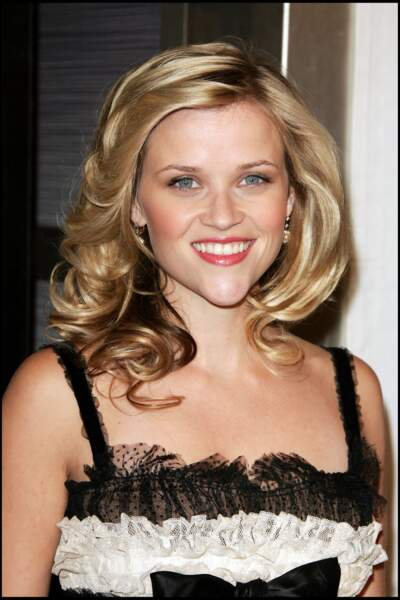 Reese Witherspoon alterne entre boucles souples et cheveux lisses, deux styles qui lui vont à ravir