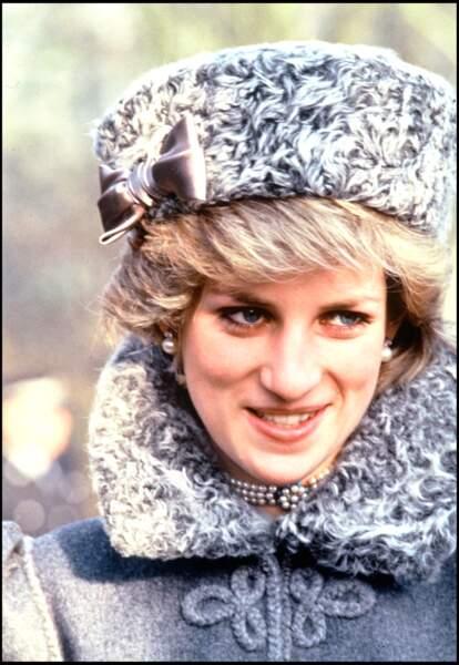 La princesse Diana, avec des boucles d'oreilles en perle, en 1983