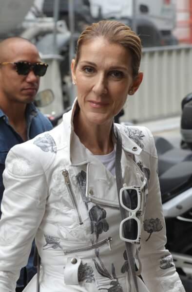 très souriante, céline Dion s'est rendue au Bon Marché pour acheter des maillots de bain