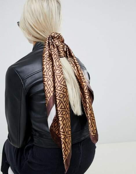 Une queue-de-cheval basse avec foulard