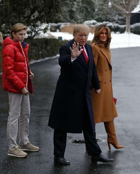 Méchée et très bronzée, la First lady avait choisi un total look camel, accessoirisé d'un sac rouge