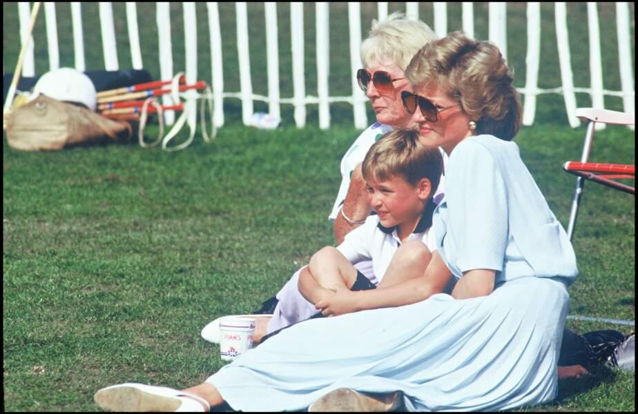 Lady Diana assiste à un match de polo accompagnée de son fils le prince William, en 1989