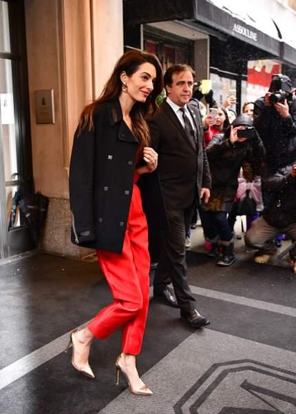 Amal Clooney en combinaison rouge chic pour la baby shower de Meghan Markle, à New York, le 20 février 2019