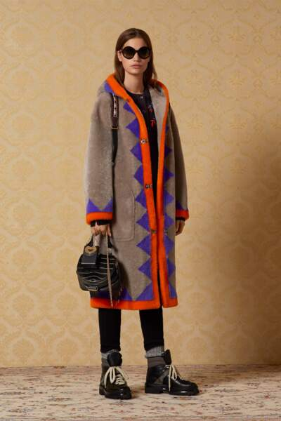 Bally donne un nouveau souffle à la veste longue à capuche aux motifs flashy.