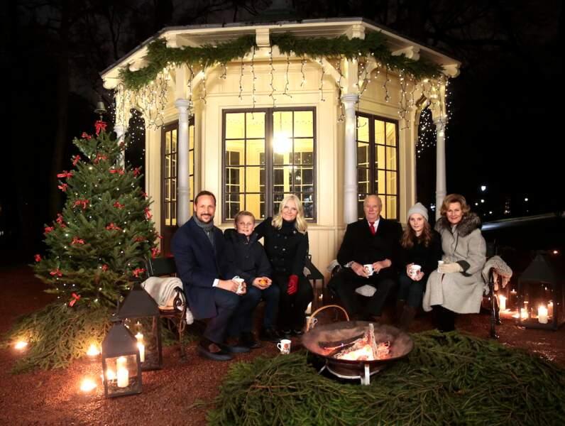 Le roi Harald, la reine Sonja et leur fils, le prince Haakon de Norvège en compagnie de son épouse Mette-Marit