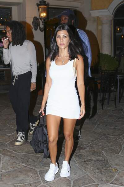 Kourtney Kardashian joue le total look blanc en associant ses baskets à une robe courte