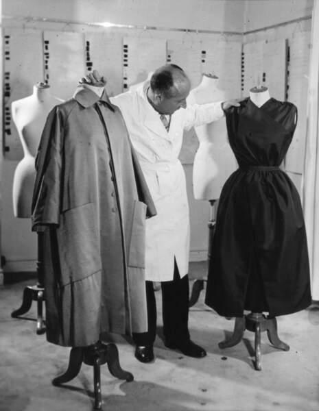 Christian Dior dans ses ateliers