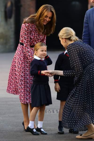 Kate Middleton bronzée et souriante dans une robe chic et coiffée d'un brushing aérien