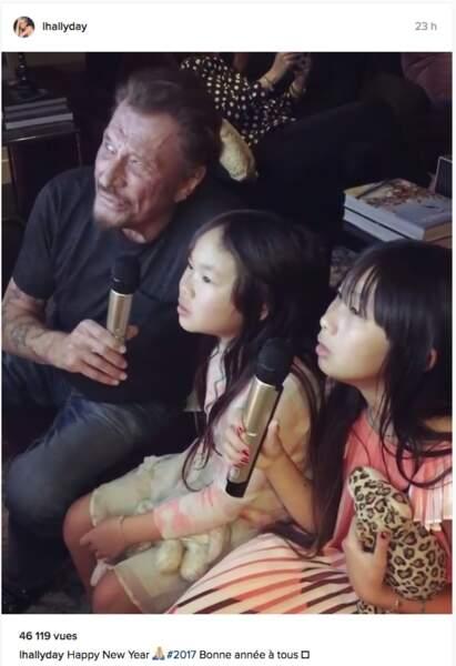 """Johnny Hallyday et ses filles chantent pour la nouvelle année """" Imagine"""""""
